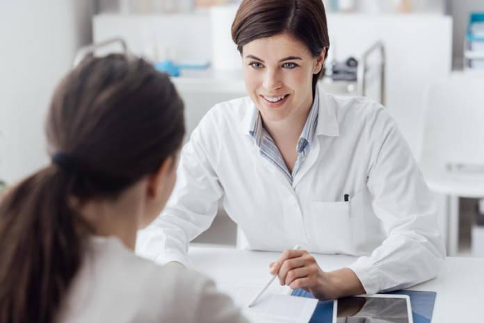 Program profilaktyczny - młoda kobieta podczas konsultacji z panią doktor.